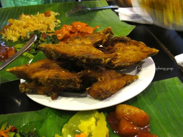Banana leaf rice at passions of kerala penang the trishaw for Deep fry fish time